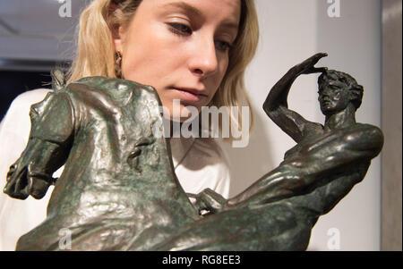 """Bonhams, Knightsbridge, London, UK. 28. Januar, 2019. Bonhams jährliche Gentlemen's Bibliothek Verkauf ist mit faszinierenden Objekte aus Möbel, Silberwaren, Teppiche, Globen - nichts, was nicht an der richtigen Stelle in der Bibliothek in einem viktorianischen und edwardianischen Gentlemen's aussehen würde. Der Verkauf ist ein Pferdesport Bronze eines stilisierten klassischen männlichen Mitfahrer auf seine Aufzucht Ross ist eine feine Version nach George Frederic Watts große Statue """"körperliche Energie"""", ein full-size Cast in Kensington Gardens steht. Schätzung £ treffen sich 15.000-20.000. Credit: Malcolm Park/Alamy leben Nachrichten - Stockfoto"""
