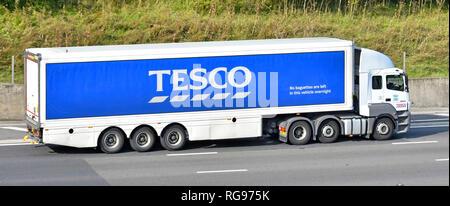 Seitenansicht eines Tesco Supermarkt hgv Lebensmittelkette juggernaut Lkw Lkw & artikuliert trailer Werbung business Marke Logo de Autobahn - Stockfoto