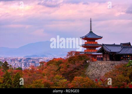 Sonnenaufgang über Sanjunoto Pagode und Tempel Kiyomizu-dera in die Herbstsaison, Kyoto - Stockfoto