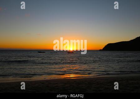 Lichter der Sonnenuntergang auf Octopus Strand, Waya Island, Mamanuca, Fidschi - Stockfoto