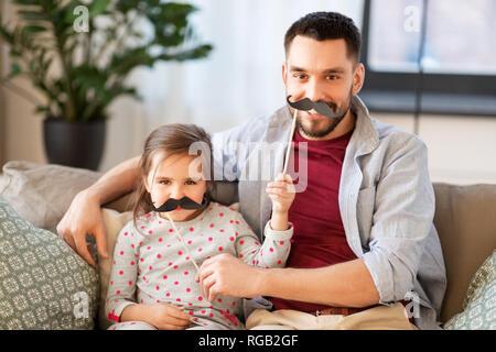 Vater und Tochter mit Schnurrbärten Spaß - Stockfoto