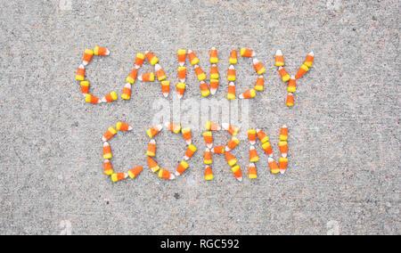 Die Worte mit Candy Candy Mais Mais auf einem Bürgersteig geschrieben. Die Worte werden in der Foto zentriert. - Stockfoto