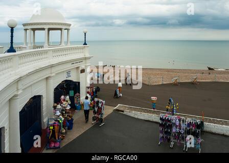 Eine typisch britische Seaside shop auf Bexhill Promenade mit den Strand und das Meer im Hintergrund; nach Regen. - Stockfoto