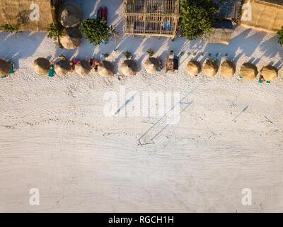 Indonesien, Lombok, Luftaufnahme von Tanjung Aan Strand, Stroh Sonnenschirme von oben - Stockfoto