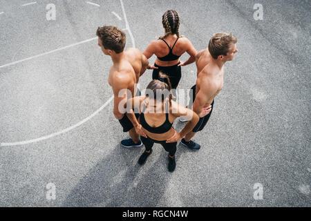 Gruppe von jungen Menschen in guter Form, Training auf einem sportsfield - Stockfoto