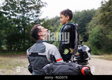 Vater und Sohn in einer Pause während der ein Motorrad Reise - Stockfoto