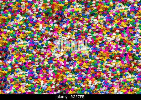 Mehrfarbiger Hintergrund aus winzigen bunten Herzen, die Liebe und Vielfalt symbolisieren. Thema Valentinstag - Stockfoto