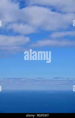 Blick vom Mirador del Bosquecillo auf den Atlantischen Ozean mit Segelboot. - Stockfoto