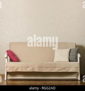 Beige Sofa mit bunten Kissen (Rosa, Grau, Weiß) im ...