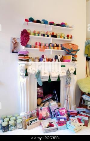 Attraktive Kamin als Anzeigebereich für Wolle in Schleife eine Wolle und Craft Shop in Islington, London. - Stockfoto