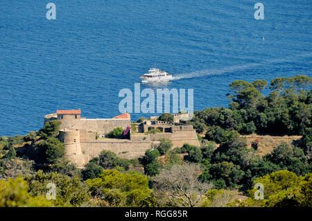 Fort de l'Estissac und Fähre Richtung Port-Cros oder Port Cros Nationalparks Îles d'Hyères Var Côte d'Azur Frankreich - Stockfoto