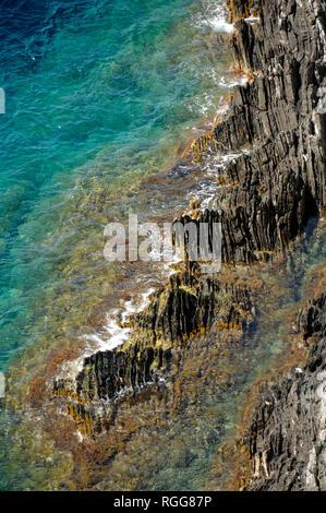 Felsen und Meer Muster entlang der Mittelmeerküste auf port-cros oder Port Cros Nationalparks Îles d'Hyères Var Côte d'Azur Frankreich - Stockfoto