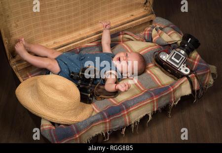 Warten auf ein Baby. Süße kleine Baby. Neues Leben und Geburt. Kleine Mädchen im Koffer. Reisen und Abenteuer. Familie. Kinderbetreuung. Portrait von Happy - Stockfoto