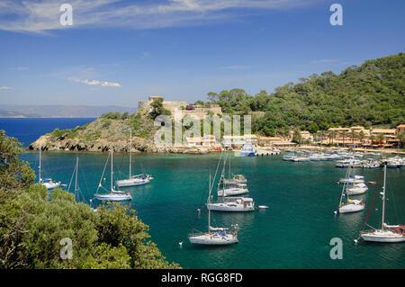 Hafen und Yachten in der Bucht bei port-cros oder Port Cros Nationalparks Îles d'Hyères oder Hyères Inseln Var Provence Frankreich - Stockfoto