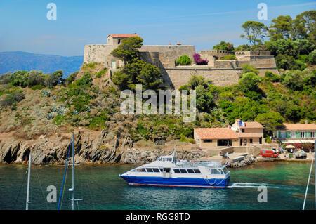 Fort mit der Fähre aus dem Hafen von Port-Cros Nationalparks Îles d'Hyères Var Provence-Alpes-Côte d'Azur Provence Frankreich - Stockfoto