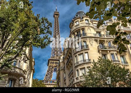 Eiffelturm steigen über elegante Pariser Apartment Gebäude, Rue de Buenos Aires, Paris, Frankreich - Stockfoto