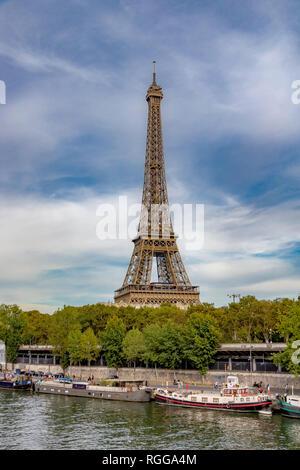 Der Eiffelturm steigt über den Fluss Seine, mit Booten in den Vordergrund günstig entlang der Ufer, Paris - Stockfoto