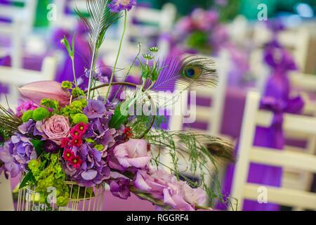 Wedding boutonnieres mit Pfauenfedern isoliert auf weißem - Stockfoto