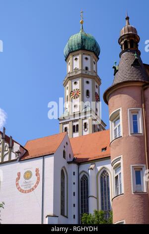 Deutschland, Bayern, Augsburg, Ecke Erker in der Kirchgasse und der Basilika SS. Ulrich und Afra - Stockfoto