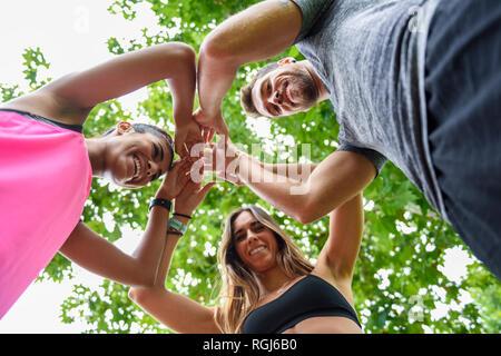 Junge Mannschaft Sport Stacking Hände, Erfolg feiern. - Stockfoto
