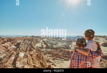 Chile, Valle de la Luna, San Pedro de Atacama, zwei Jungs in Wüste suchen - Stockfoto