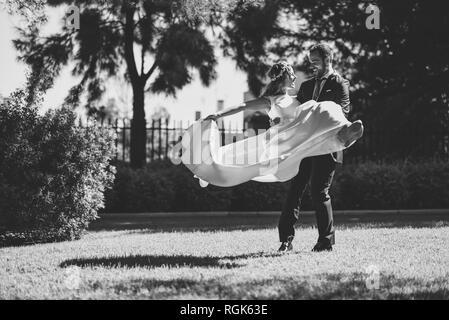 Brautpaar genießen Hochzeitstag in einem Park - Stockfoto