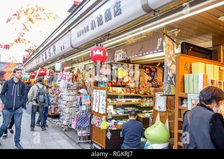 Die Menschen einkaufen in Nakamise-Einkaufsstraße, in Tokio am meisten besuchten touristischen Ziel an der Sensoji-tempel, Asakusa, Japan - Stockfoto