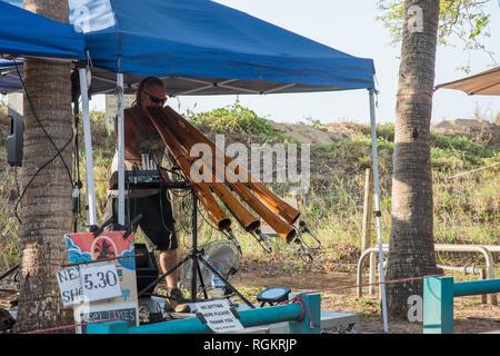 Darwin, Northern Territory, Australia-October 8,2017: Mindil Beach Market Tik Tok didgeridoo Musiker und Dünen in Darwin, Australien - Stockfoto