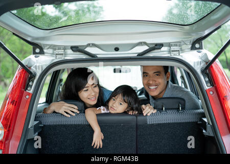 Alle Mitglieder der Familie blicken zurück Windows - Stockfoto