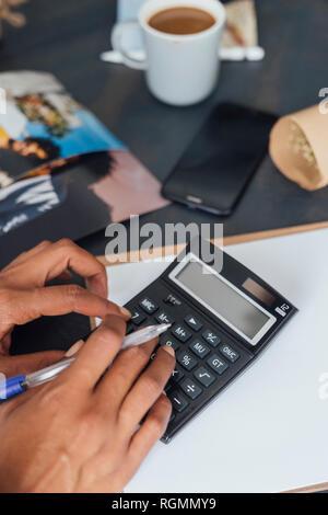 Hand einer Frau mit Taschenrechner - Stockfoto