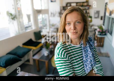 Porträt der jungen Frau in einem Cafe - Stockfoto