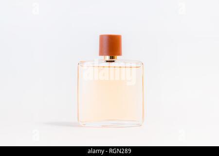 Luxus Glas Parfümflasche auf weißem Hintergrund. Kopieren Sie Platz für Text, leere Flasche - Stockfoto