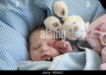 Porträt der schlafenden Baby Mädchen mit stoffhäschen - Stockfoto
