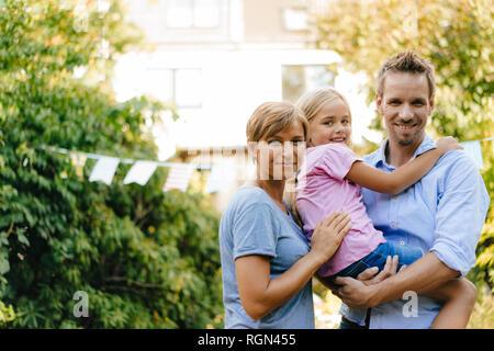 Porträt von happy Family im Garten - Stockfoto