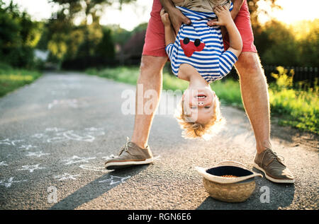 Portrait von Lachen kleinkind Spaß mit seinem Vater im Freien - Stockfoto