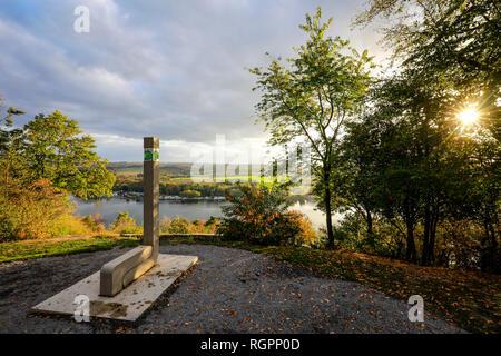 Essen, Nordrhein-Westfalen, Ruhrgebiet, Deutschland, Korte Klippe ist ein Aussichtspunkt auf der BaldeneySteig Wanderweg am See Baldeney. Essen, Nord - Stockfoto