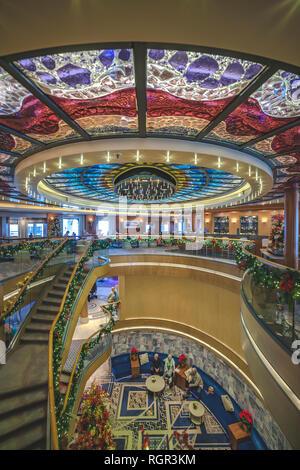 Interia von P&O Arcadia auf Seine Weihnachten und Neues Jahr Kreuzfahrt in die Karibik, eine 28 tägige Rundreise von Southampton. - Stockfoto
