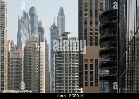 DUBAI, VAE - Februar 15, 2018: Blick auf die modernen Wolkenkratzer im Morgenlicht im Yachthafen von Dubai, VAE - Stockfoto