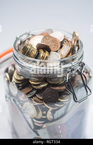Einsparungen UK - Eine gläserne Gefäß voll der britischen Münzen und Banknoten, gespeichert. Konzept Abbildung für Pensionsvorsorge, regnerischen Tag Fonds, Notgeld, Home Banking, Cash in Hand, Reichtum - Stockfoto