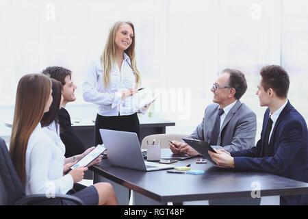 Geschäftsfrau, Business-Plan, ihre Kollegen zu erklären - Stockfoto