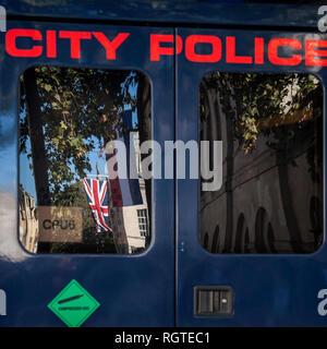 Reflexion der Union Flag im Fenster der Stadt London Polizei van - Stockfoto