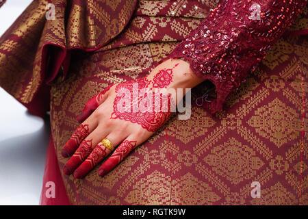Traditionelle henna Designs auf den Händen einer jungen verheirateten Frau in Georgetown, Penang, Malaysia - Stockfoto