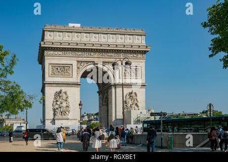 Frankreich, 7. Mai: Nachmittag Blick auf den berühmten Triumphbogen am 7. Mai 2018 in Paris, Frankreich - Stockfoto