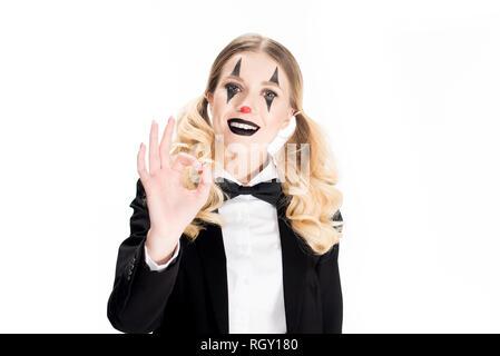 Freundliche weibliche Clown zeigen ok Zeichen isoliert auf weißem - Stockfoto