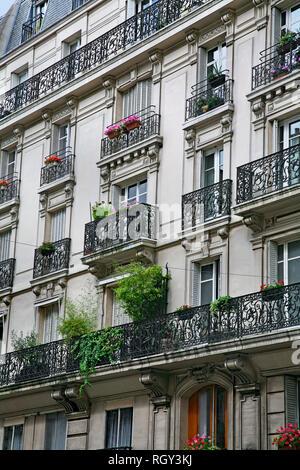 Fassade und Balkonen der Wohnung Gebäude mit kunstvoll verzierten typische Architektur aus dem 19. Jahrhundert im Zentrum von Paris. - Stockfoto