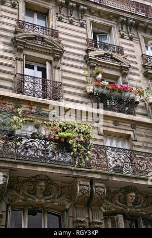 Fassade und Balkon der Wohnung Gebäude mit kunstvoll verzierten typische Architektur aus dem 19. Jahrhundert im Zentrum von Paris. - Stockfoto