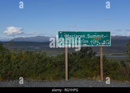 Zeichen bezeichnet Mcclaren Gipfel, Höhe 4086 Meter, entlang der Denali Highway, Alaska, USA - Stockfoto