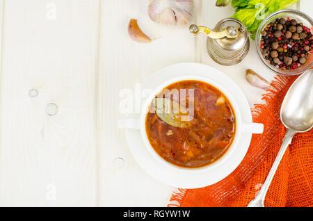 Suppe mit Gemüse auf weißem Holz- Oberfläche. Studio Foto - Stockfoto