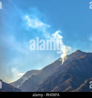 Kahlen Berg in Utah mit Rauch von Waldbränden - Stockfoto