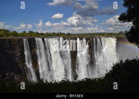 Der ikonische Mosi-OA-Tunya Wasserfall alias Victoria Falls, Blick von der Zimbabwe Seite. Stockfoto